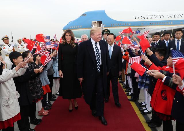 特朗普一行抵达北京机场