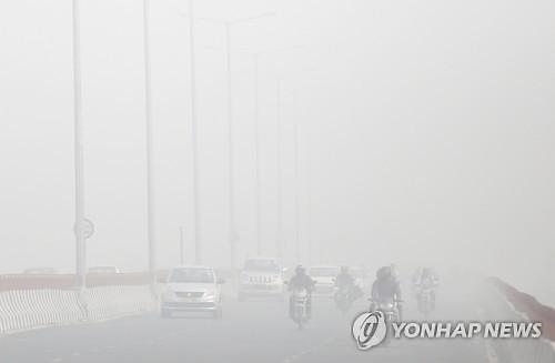 인도 뉴델리 심각한 스모그에 비상..공기청정기 업체는 활짝