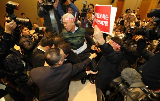听证会还是通报会? 因韩美FTA韩国农民再次与政府起冲突