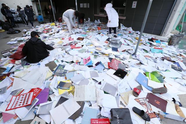 韩浦项地震致高考延期 考生翻垃圾堆找教材