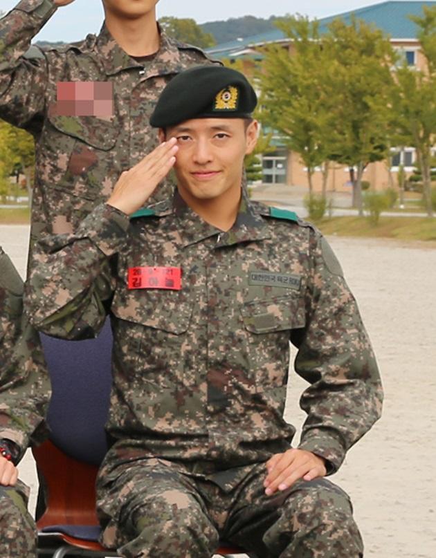 姜河那获赞模范士兵  以优异成绩结束基础军事训练