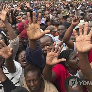 독재 끝!..짐바브웨 주민들 무가베 퇴진 시위
