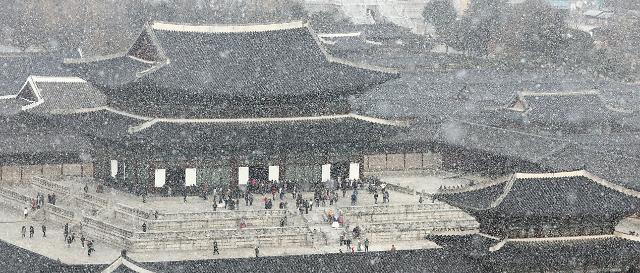 首尔迎来今冬初雪