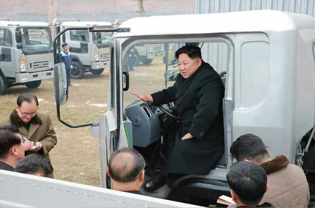 金正恩视察汽车工厂 亲自坐上卡车体验