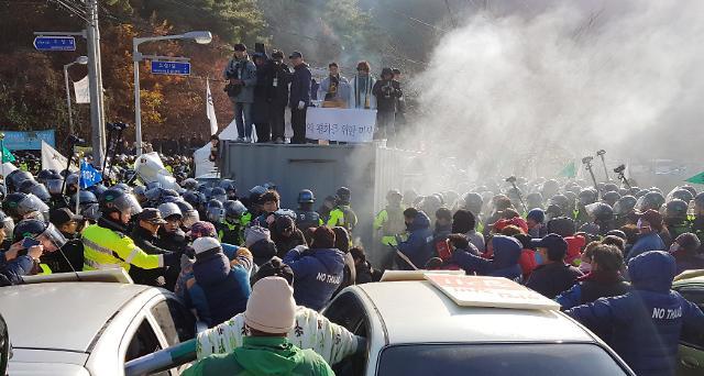 星州萨德基地前示威民众被强制驱散