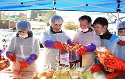 〔포토〕 소외 이웃에 전달될 김치 담는 안병용 의정부시장
