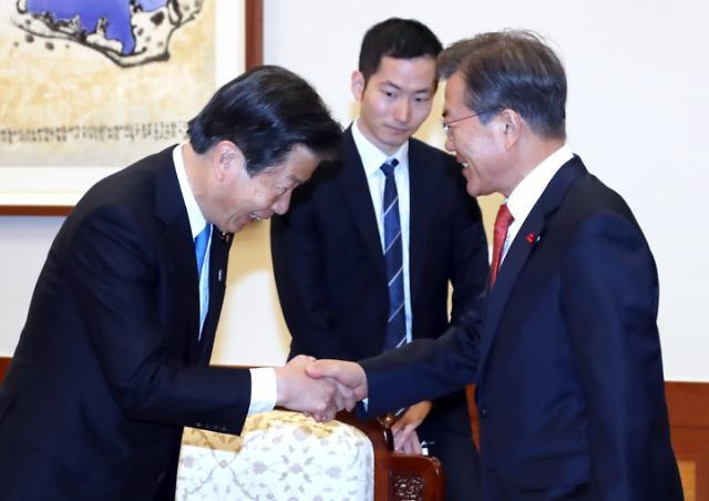 문 대통령, 일본 공명당 대표 접견…아베 친서 전달