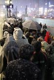 .雪夜排队买iPhone X.