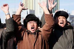 .朝鲜民众欢呼庆祝洲际导弹火星-15试射成功.