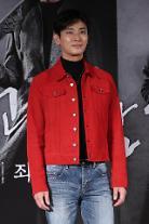 [아주스타 #데일리룩] '신과 함께' 주지훈, 레드 재킷·데님진으로 '스트릿 패션' 완성
