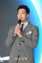 """[AJU★현장] 가수 비 """"신승훈 선배님과 작업 해보고 싶어"""""""