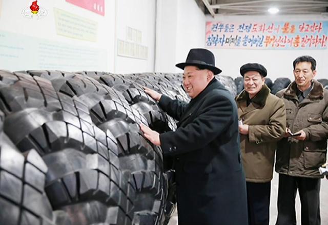 金正恩视察导弹车轮胎厂大赞攻无不克
