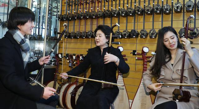 김정숙 여사, 중국 악기 얼후 체험…한중 화합 기원