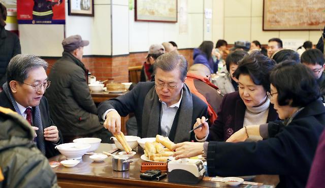 文在寅与夫人在北京早餐铺吃油条喝豆浆