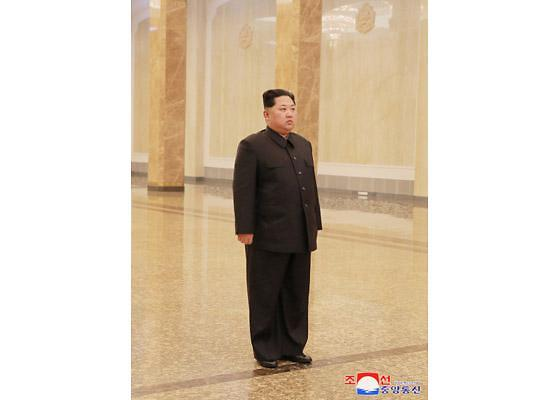 조용한 김정일 6주기… 김정은 나홀로 참배