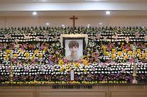 故ジョンヒョンの葬式場、SHINee のメンバー4人が喪主に、、、
