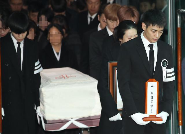 钟铉今日出殡 亲朋好友送最后一程