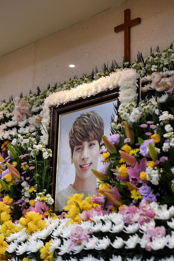 意大利韩流粉丝为SHINee钟铉办追悼活动