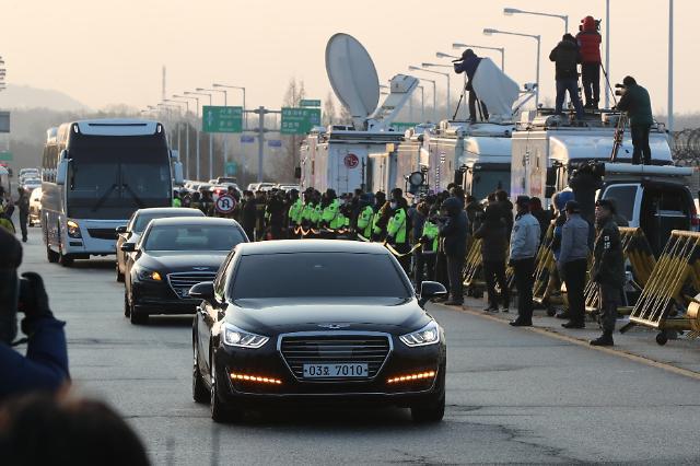韩方代表团乘车通过统一大桥