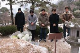 .《1987》主演参拜主人公原型朴钟哲烈士墓碑.