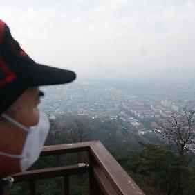 추위 걷힌 서울, 미세먼지에 사로잡히다