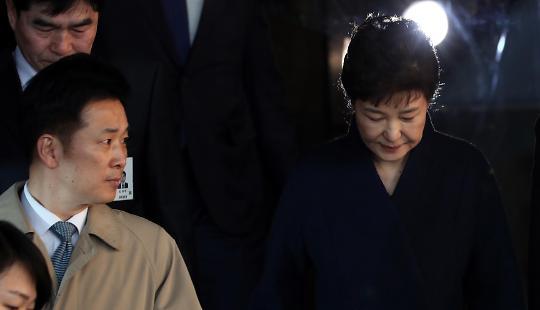 [법과 정치] 내곡동 자택에 이어 30억까지...법원, 박근혜 재산 동결 결정