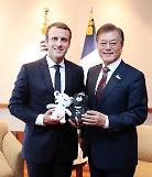.文在寅同法国总统马克龙通电话.
