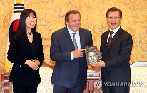 독일 슈뢰더 전 총리-김소연씨, 제2의 홍상수·김민희 되나?…27살 차이 극복 연인 발전