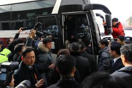 .朝鲜艺术团先遣队出发前往江陵艺术中心.