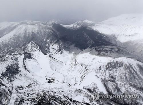 일본 스키장 인근 화산 분화..화산석이 곤돌라 덮쳐