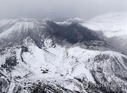 일본 스키장 인근 화산 분화..화산석이 곤돌라 덮치는 등 다수 부상