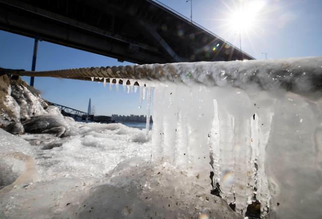 首尔迎今冬最低气温 汉江冻出小冰柱