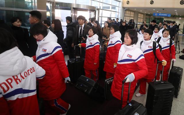 朝鲜女子冰球代表团抵韩