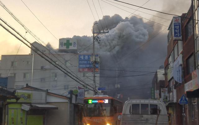 韩国密阳市医院大火造成33人丧生 伤亡人数或继续增加