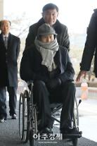 이명박 전 대통령 친형 이상득 의원, 휠체어 타고 오전 10시 20분 검찰 출석