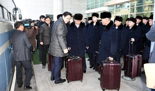 朝鲜艺术团先遣队抵韩