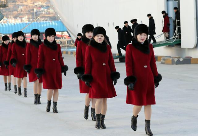 """走下""""万景峰92""""号邮轮的朝鲜艺术团姑娘们"""
