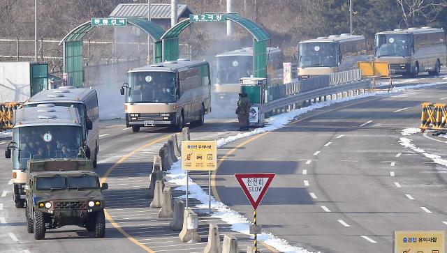 朝鲜啦啦队等一行抵达南北出入境事务所