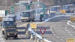 .朝鲜啦啦队等一行抵达南北出入境事务所.