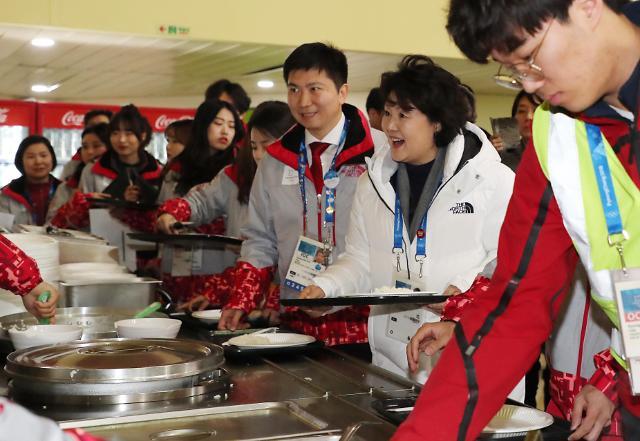 第一夫人金正淑与平昌冬奥志愿者用餐