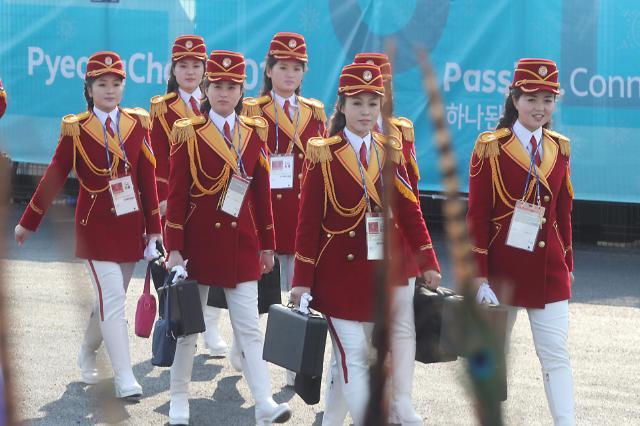 朝鲜啦啦队访问江陵运动员村