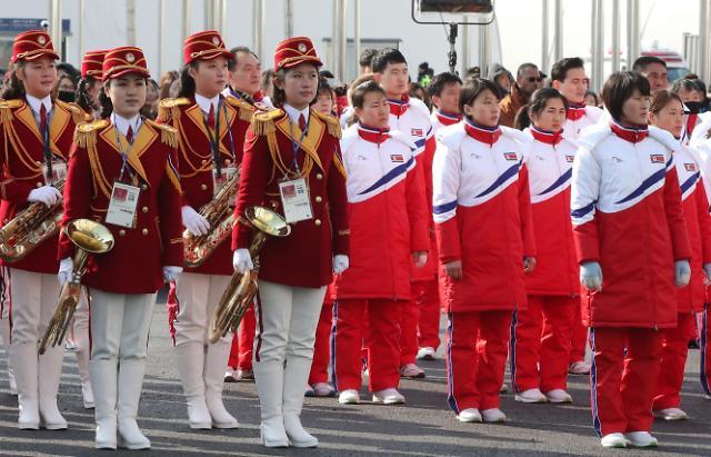 朝鲜代表团与啦啦队等待举行奥运村入村仪式