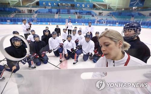 韩朝女子冰球联队10日首战瑞士队
