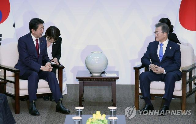 文在寅会见日本首相安倍晋三 呼吁日方正视历史