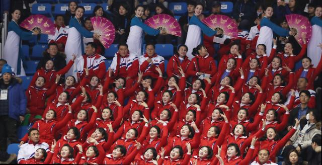 """朝鲜啦啦队""""抢镜""""冬奥会 成亮丽风景线"""
