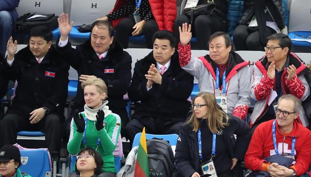 韩朝体育部长共同观看双人滑比赛