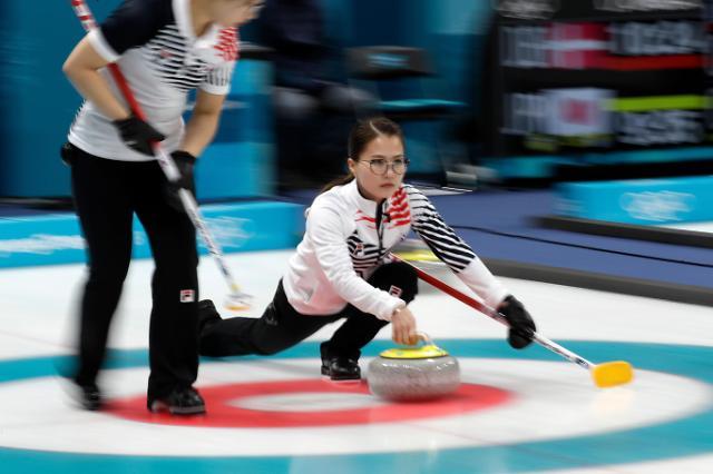 冬奥女子冰壶预赛韩国队战胜劲旅加拿大队