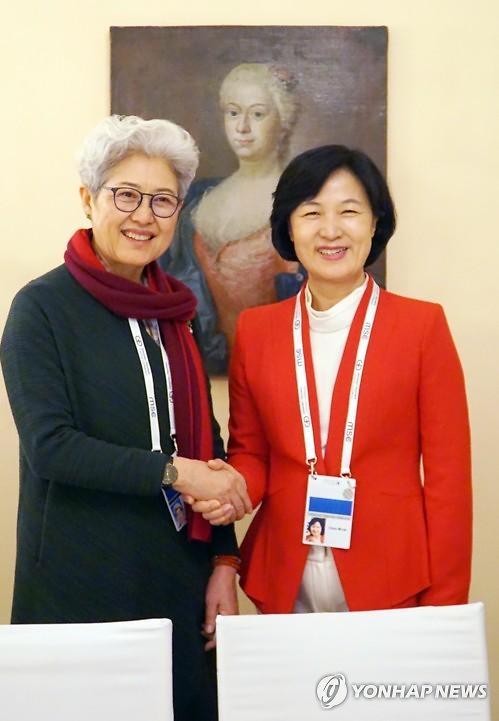 韩执政党党首秋美爱会见中国全国人大主任委员傅莹