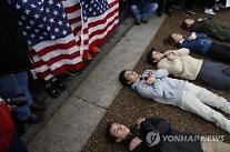 [아주동영상] '총기 규제' 시위 중 백악관 앞 드러누운 학생들