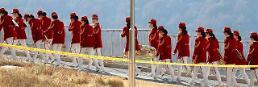 .朝鲜啦啦队为酒店职员举行致谢演出.